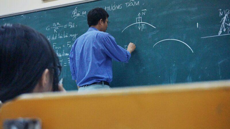 Jede neunte Lehrkraft an öffentlichen Schulen ist 60 Jahre alt oder älter