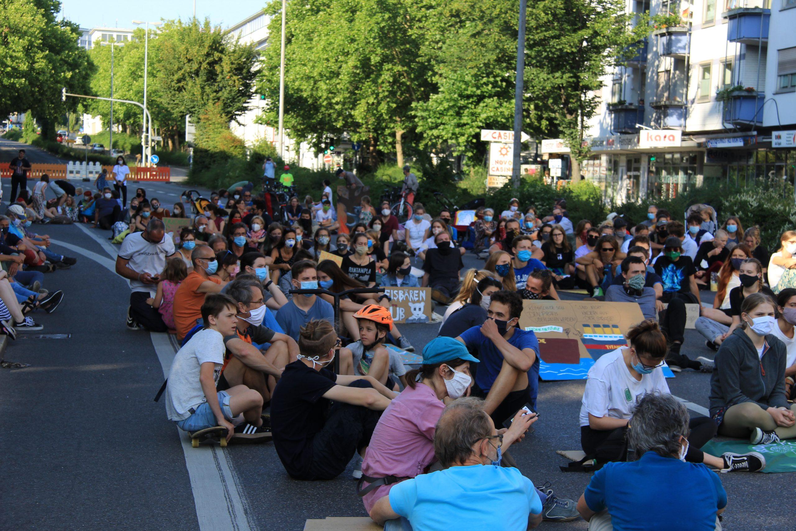 Sitzstreik von Fridays For Future auf der Karlstraße
